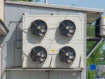 Uma unidade externo do f? dos condicionadores de ar ? unida ? fachada de uma constru??o industrial imagem de stock