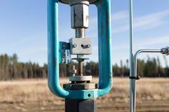 Uma válvula de controle verde na linha de gás Foto de Stock Royalty Free