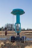 Uma válvula de controle verde na linha de gás fotos de stock