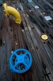 Uma válvula e uma tubulação na plataforma de uma navio de guerra Imagens de Stock Royalty Free