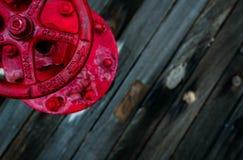 Uma válvula vermelha na plataforma de madeira de uma navio de guerra Fotos de Stock Royalty Free