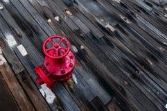 Uma válvula vermelha na plataforma de uma navio de guerra Imagem de Stock