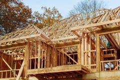 Uma vara construiu a casa sob o telhado novo da construção da construção com estrutura de madeira e do feixe imagens de stock