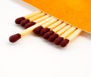 Uma vara do fósforo gastada entre varas do fósforo Fotografia de Stock