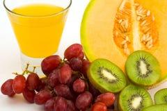 Uma variedade da fruta e do suco Imagem de Stock Royalty Free