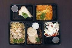 Uma variedade de alimento dietético em um empacotamento plástico em um fundo de madeira, vista superior O conceito do alimento li imagem de stock
