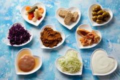 Uma variedade de alimentos fermentados nos pratos imagem de stock royalty free
