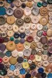 Uma variedade de bot?es da roupa foto de stock royalty free