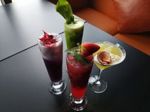 Uma variedade de cocktail e bebidas asiáticos frescos imagens de stock