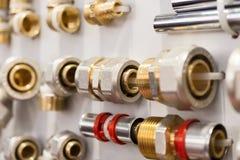 Uma variedade de conectores da tubulação do encanamento, cantos, encaixes, bocais foto de stock