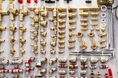 Uma variedade de conectores da tubulação do encanamento, cantos, encaixes, bocais imagem de stock royalty free