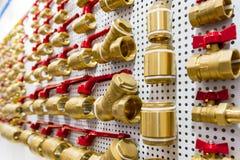 Uma variedade de conectores da tubulação do encanamento, cantos, encaixes, bocais imagens de stock royalty free