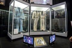 Uma variedade de Elvis Presley Stage Uniforms At Graceland foto de stock royalty free