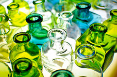 Uma variedade de frascos de vidro coloridos vazios. Fotos de Stock