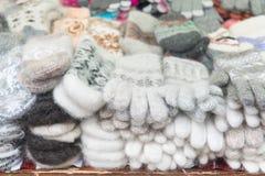 Uma variedade de luvas das lãs dos carneiros, da roupa das matérias primas naturais, da forma e do estilo, inverno vestem-se, cui Imagem de Stock Royalty Free