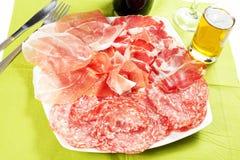 Uma variedade de produtos processados das carnes frias Foto de Stock