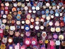 Uma variedade de relógios de pulso coloridos Fotografia de Stock Royalty Free