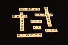 Uma variedade de termos do computador soletrou para fora nas telhas em um estilo das semi-palavras cruzadas em um fundo preto Fotos de Stock