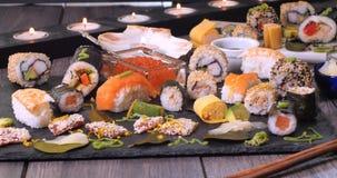 Uma variedade do alimento japonês: o sushi, nigiri, sashimi, rola Fotografia de Stock