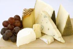 Uma variedade dos queijos Imagens de Stock Royalty Free