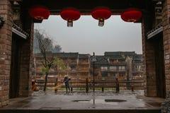 Uma vassoura de rua no alvorecer na cidade antiga de Phoenix, China Imagens de Stock Royalty Free