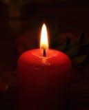 Uma vela conflagrant está na escuridão Imagens de Stock Royalty Free