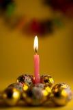 Uma vela cor-de-rosa com fundo amarelo Fotos de Stock