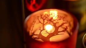 Uma vela que queima-se em um castiçal vermelho Sentimento do calor e do conforto filme