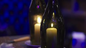 Uma vela queima-se nas garrafas grampo Decoração caseiro do verão, frasco de vidro e garrafa, luz conduzida da chama de vela para filme