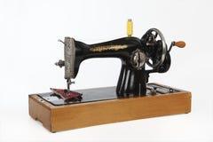 Uma velha, máquina de costura da mão Isolado, no fundo branco Foto de Stock Royalty Free
