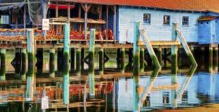 Uma vertente da rede reflete em Puget Sound no porto da atuação fotos de stock