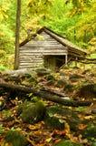 Uma vertente de madeira velha nestled afastado na montanha Imagens de Stock