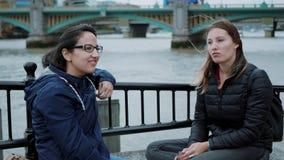 Uma viagem da cidade a Londres - duas meninas na excursão sightseeing vídeos de arquivo