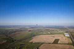 Uma viagem do balão sobre a paisagem natural lisa Fotografia de Stock Royalty Free