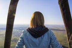Uma viagem do balão sobre a paisagem natural lisa Fotografia de Stock