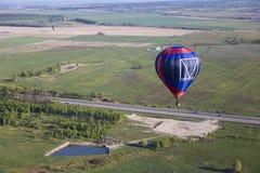 Uma viagem do balão sobre a paisagem natural lisa Imagens de Stock Royalty Free