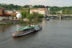 Uma viagem pelo barco aos lugares bonitos de Praga fotos de stock