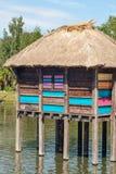 Uma vila colorida do pernas de pau na flutuação de África. Fotografia de Stock