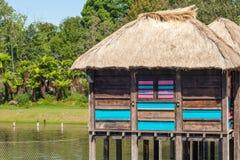 Uma vila colorida do pernas de pau na flutuação de África. Fotos de Stock