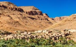 Uma vila com as casas tradicionais do kasbah no vale de Ziz, Marrocos imagem de stock