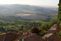 Uma vila italiana típica Montepulciano Vista dos telhados das casas Imagens de Stock Royalty Free