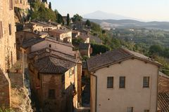 Uma vila italiana típica Montepulciano Vista dos telhados das casas Imagem de Stock