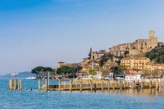 Uma vila medieval pequena no lago Trasimeno em Umbria Italy imagens de stock royalty free