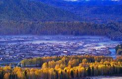 Uma vila na névoa Fotografia de Stock Royalty Free