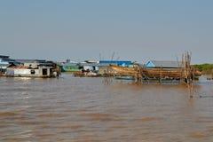 Uma vila pequena dos pescadores com as casas de uma pilha Imagem de Stock