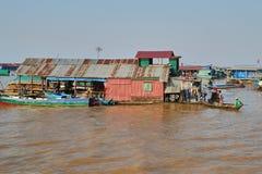 Uma vila pequena dos pescadores com as casas de uma pilha Fotografia de Stock Royalty Free