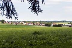 Uma vila pequena nas montanhas fotografia de stock royalty free