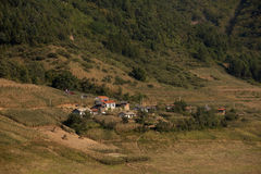 Uma vila pequena pela montanha Fotos de Stock