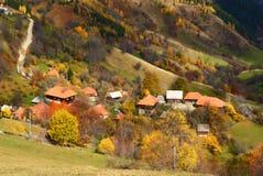 Uma vila pequena pitoresca na queda Foto de Stock