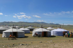 Uma vila provisória dos yurts imagem de stock